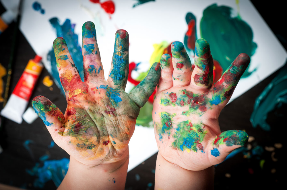 image-kid-painted-hands@2x